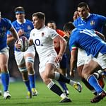 LONDON, ENGLAND - MARCH 09: Owen Farrell of England cuts past Luca Morisi of Italy during the Guinness Six Nations match between England and Italy at Twickenham Stadium on March 09, 2019 in London, England. (Photo by Michael Steele/Getty Images)